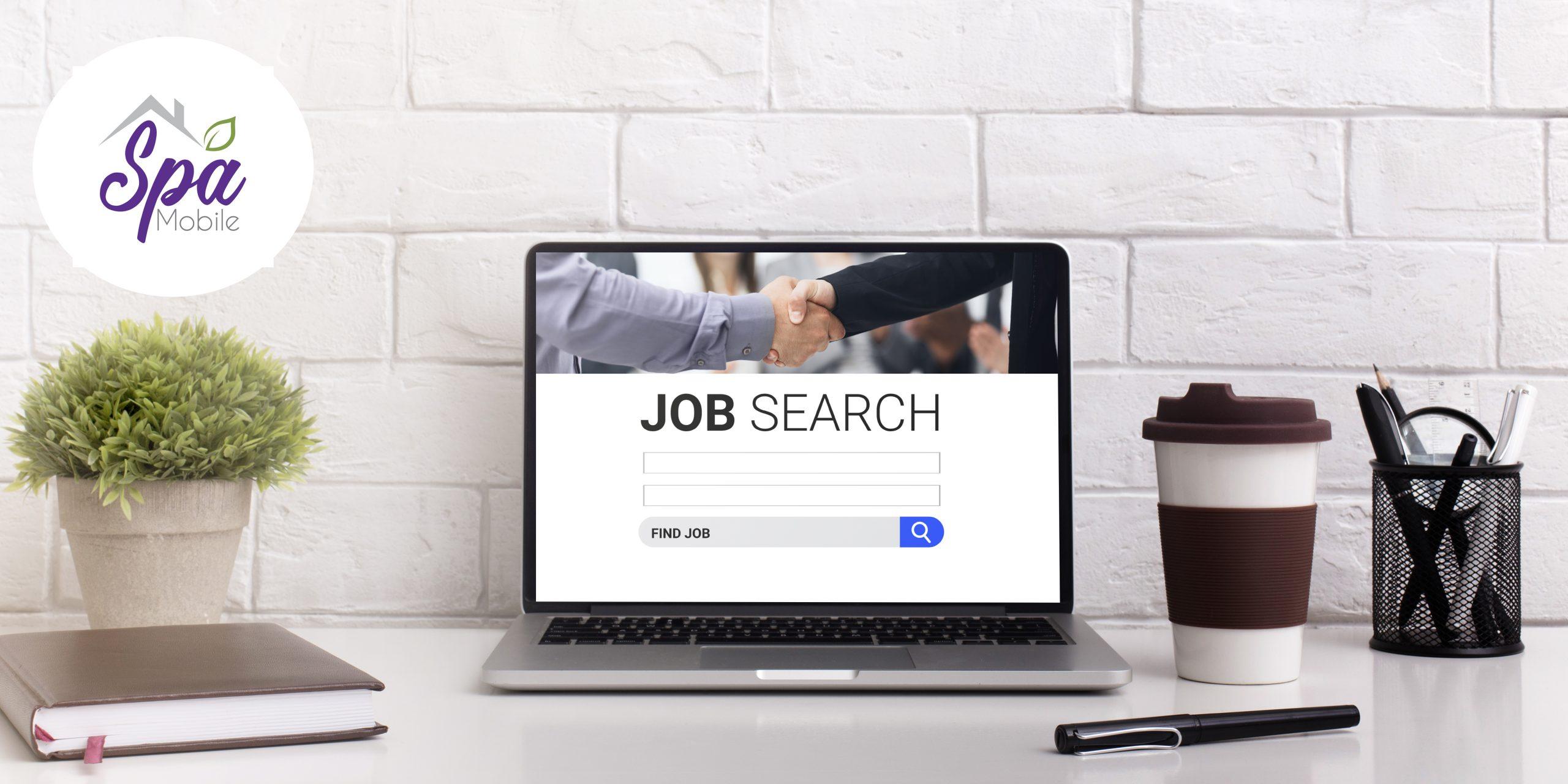 pc sur le bureau avec moteur de recherche d'emploi affiché 2B9XS52